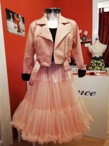 Bikerjacke von Collectif und rosa Petticoat von Banned