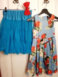 Kinderkleid in blauem Satin